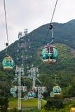 Funiculaires au-dessus des arbres tropicaux en Hong Kong Image stock