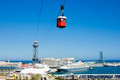 Funicular en Barcelona en el día de verano Teleférico sobre el puerto adentro Imagen de archivo