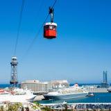 Funicular en Barcelona en el día de verano Teleférico sobre el puerto adentro Fotos de archivo libres de regalías