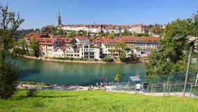 Funicular en el banco del río de Aare en el centro de ciudad de Berna Suiza almacen de video