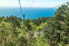 Funicular a la montaña de Ai-Petri, la visión desde la cabina abajo al mar Fotos de archivo