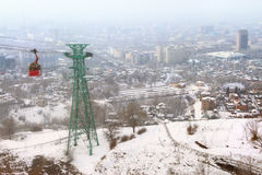 Funicular rojo con la vista de Almaty, Kazajistán Fotografía de archivo