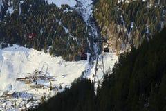 Funifor长平底船在山坡的缆车在晴朗的冬日,滑雪胜地在下面直接蒂罗尔阿尔卑斯 库存照片