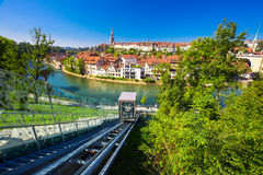 Funikulär auf der Bank von Aare-Fluss in Bern, die Schweiz Stockbild