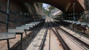 Funikulärer Transport in Barcelona-Tunnel Eine Transportdatenbahn mit dem blauen Himmel stock video footage