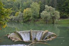 Funil do excesso no lago Vida perto da vila de Luncasprie Imagem de Stock