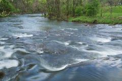 Funileiro Creek Trout Stream com dois pescadores imagens de stock