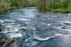 Funileiro Creek Trout Stream com dois pescadores - 2 foto de stock