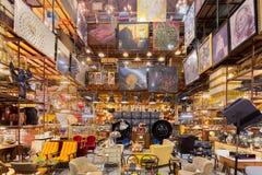 被分类的葡萄酒减速火箭的对象和funiture仓库画廊在 免版税图库摄影