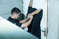 Funkcjonariusz policji dostać przestępcy Fotografia Royalty Free