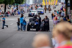 Funkcjonariusz policji oddziała wzajemnie z dzieciakami na rowerze zdjęcie royalty free