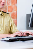 Funkcjonariusz Policji pracuje na biurku w dziale Zdjęcie Stock