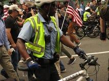 Funkcjonariusz Policji przy Jednoczy Prawego wiec fotografia stock