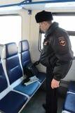 Funkcjonariusz policji sprawdza lewe rzeczy w samochodowych kolejkach Zdjęcie Stock