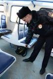Funkcjonariusz policji sprawdza lewe rzeczy w samochodowych kolejkach Fotografia Stock