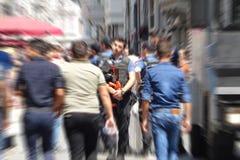 Funkcjonariusz policji tłumi demonstrację w Turcja z pociska gumowego pistoletem obraz stock
