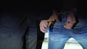 Funkcjonariusz policji usuwa kajdanki od aresztującego mężczyzna zdjęcie wideo