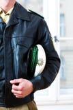 Funkcjonariusz Policji w staci lub dziale przygotowywa Obrazy Stock