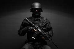 Funkcjonariusz policji z broniami Fotografia Royalty Free