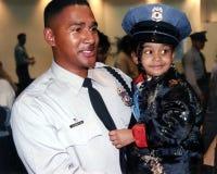 Funkcjonariusz policji z jego córką przy jego milicyjnym skalowaniem fotografia stock