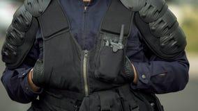 Funkcjonariusza policji monitorowanie rozkaz i eliminować przestępcy na drogach i ulicach zdjęcia stock