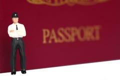 Funkcjonariusza policji paszporta b Zdjęcia Royalty Free