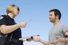 Funkcjonariusza Policji Writing bilet Zdjęcia Stock