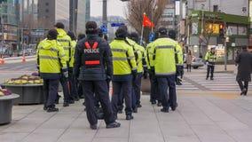 Funkcjonariuszi policji blisko gwanghwamun obciosują podczas politycznej demonstraci, Seul, Południowy Korea, 02 2017 Grudzień Zdjęcia Royalty Free