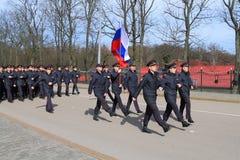 Funkcjonariuszi policji iść ceremonialny krok z flaga państowowa Fotografia Royalty Free