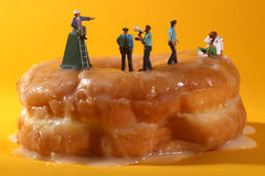 Funkcjonariuszi Policji w Konceptualny Karmowy metaforyka Z Donuts Zdjęcie Stock