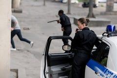 funkcjonariuszi policji z samochodowym cyzelatorstwo złodziejem zdjęcie royalty free
