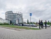 Funkcjonariuszi policji zabezpiecza parlamentu europejskiego Lokuj? od Gilets Jaunes zdjęcie royalty free