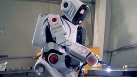 Funkcjonuje android pracuje z spawalniczym przyrządem zdjęcie wideo