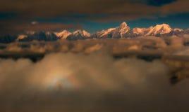 Funkelnde Berge hinter den Wolken Lizenzfreies Stockfoto