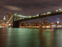 Funkelnde Brooklyn-Brücke bis zum Nacht lizenzfreies stockbild