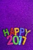 Funkelnde Buchstaben, die den Text glückliches 2017 bilden Stockfotografie