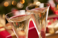 Funkelnde Champagne-Flöten und Geschenke stockbilder