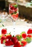 Funkelnde Champagne u. Stawberries stockbilder