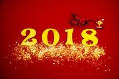 Funkelnde Dekorationen der 2018-guten Rutsch ins Neue Jahr-Hintergrundfeier-Karte rot Stockfotografie