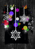 funkelnde Feiertagsschneeflocken im schwarzen hölzernen Rahmen Stockfoto