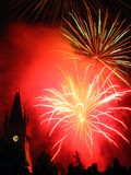 Funkelnde Feuerwerke über dem Palast. Stockbild