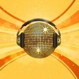 Funkelnde Golddiscokugel und -kopfhörer Stockfoto