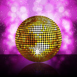 Funkelnde goldene Discokugel Stockfoto