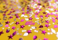 Funkelnde Konfettis auf gelbem Hintergrund lizenzfreie stockbilder