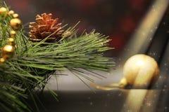 Funkelnde Lichter, die auf Weihnachtsbaum mit goldenen Dekorationen glänzen lizenzfreies stockfoto
