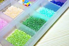 Funkelnde mehrfarbige Perlen in den Kästen Stockfotografie
