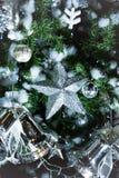 Funkelnde Sterne der Weihnachtsdekorationen und Weihnachtsglocken Acces Lizenzfreies Stockbild