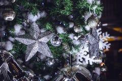 Funkelnde Sterne der Weihnachtsdekorationen und Weihnachtsglocken Acces Stockfotografie