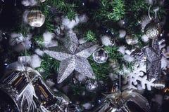 Funkelnde Sterne der Weihnachtsdekorationen und Weihnachtsglocken Acces Lizenzfreies Stockfoto