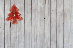 Funkelnde Weihnachtsbaum-Samt-Verzierung auf verwittertem hölzernem Hintergrund Lizenzfreies Stockfoto